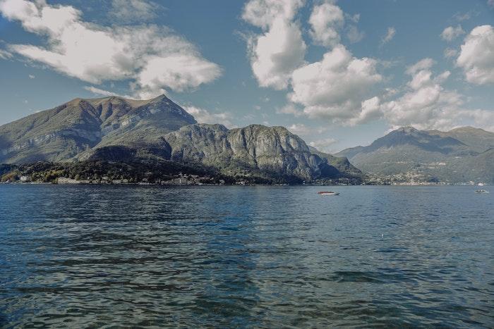 Bjerge i baggrunden ved lake como