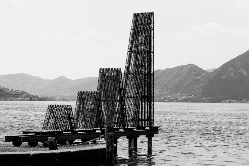 Skulptur I sort og hvid ved Iseosøen